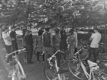 Bald kanns losgehen: Teilnehmende und Lehrpersonen des ersten Velofahrkurses für geflüchtete Menschen, der unter der Schirmherrschaft des Solinetzes Zürich steht. (Bild: zvg.)