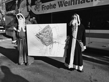 Die Chläuse des Forums «5im5i» präsentieren ihre Vision für das Carparkplatzareal. (Bild: tr.)
