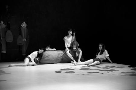 Das Bild zeigt eine Szene auf einer Theaterbühne