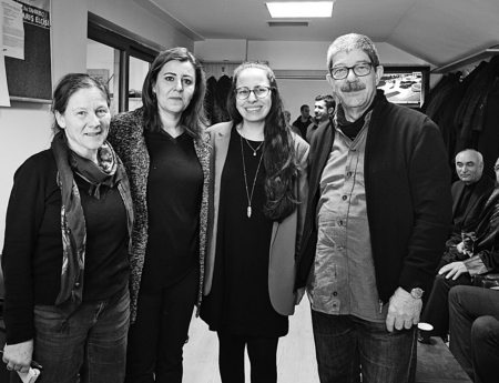 Maja Hess (medico schweiz international), Özlem Anlı (Fırat Anlı's Ehefrau), Ezgi Akyol (Gemeinderätin AL) und Urs Sekinger (Solifonds) von der «Brückenschlag»-Delegation. (zvg)