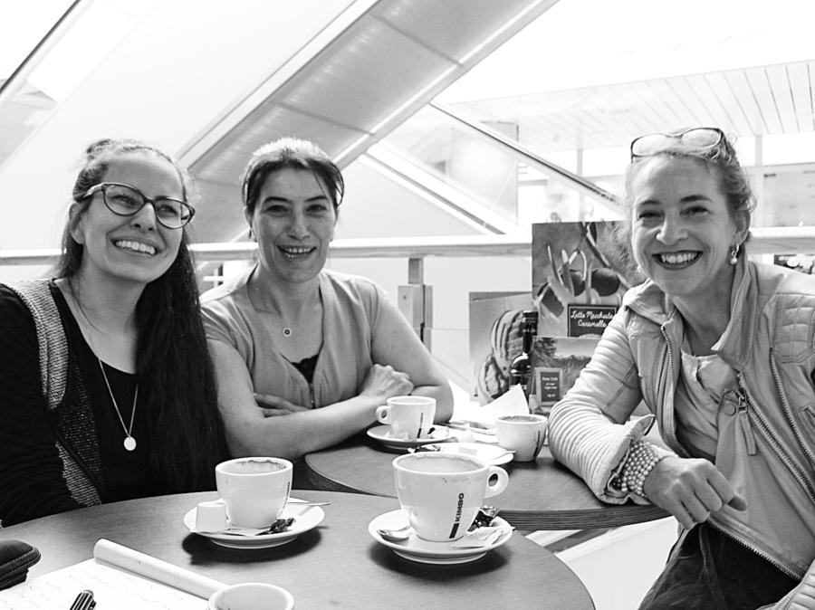 Das Foto zeigt Ezgi Akyol, Kezban Yilmaz und Christine Seidler (von links), wie sie an einem Tisch vor leeren Kaffeetassen sitzen.